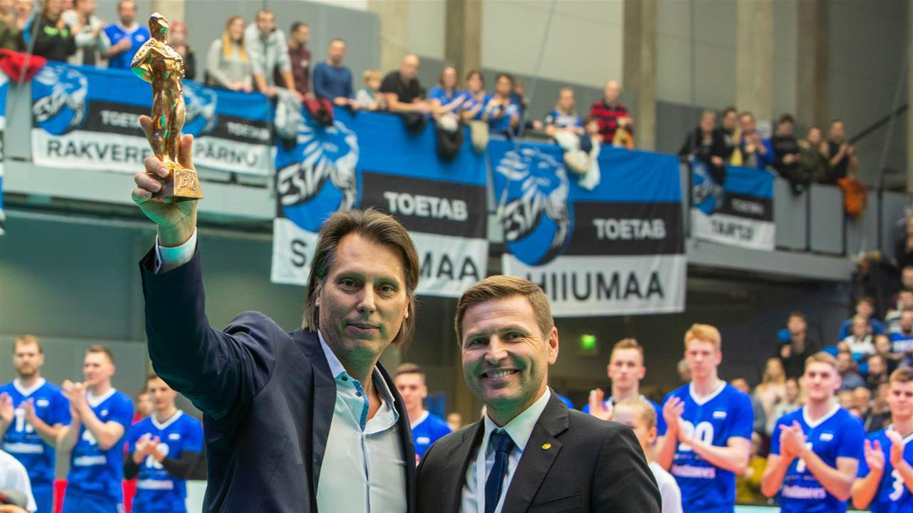 bfeef038683 Eesti võrkpalliliidu president Hanno Pevkur andis Gheorghe Cretule enne  tänase mängu algust üle Eesti aasta treeneri auhinna.   Foto: CEV