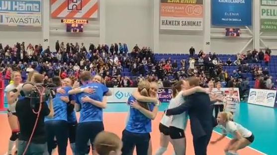 Video | Nutust naeruni ja ringijooksmisest kallistamiseni – naiskond nautis ajaloolist võitu täiel rinnal