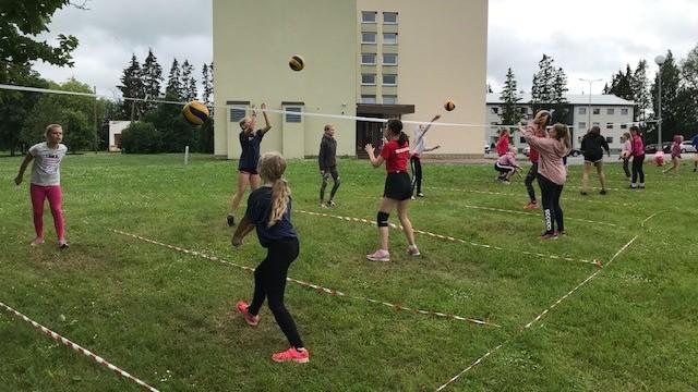 Narva noored õppisid suvel eesti keelt võrkpalli mängides